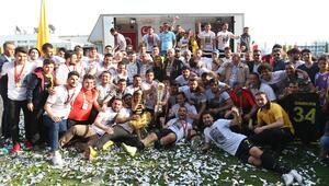 İstanbulspor şampiyon olarak TFF 1.Lige yükseldi