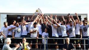 İstanbulspor şampiyonluk kupasını kaldırdı