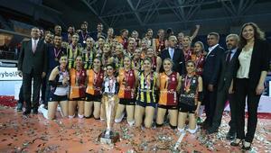 Şampiyon Fenerbahçe kupayı kaldırdı