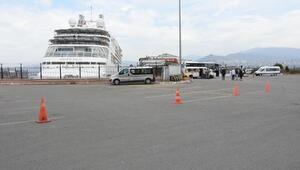 İzmir Limanına kruvaziyer yanaştı