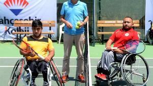 Engelli tenisçiler Bodrumta kortta