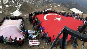 Gençler Palandöken Dağı zirvesinde dev Türk bayrağı açtı