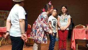 Çocukların sahne performansı büyüledi