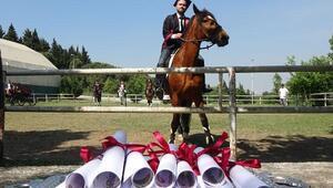 Atçılık ve antrenörlüğü mezunlarından diplomalı gösteri