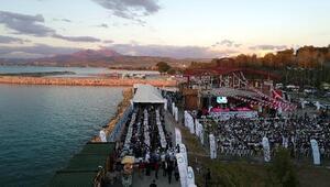 Van Gölü sahilinde 4 bin 500 kişi iftar açtı