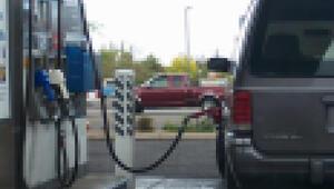 Aracına fazla yakıt konulmasına tepki gösteren müşteriyi makasla yaraladı