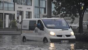 Yağmur yağdı, sokaklar göle döndü