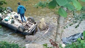 Dereye uçan otomobilde sürücü öldü, eşi ve torunu yaralandı - fotoğraf