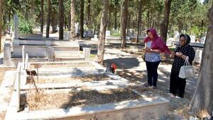 Mersinde mezarlıklar bayrama hazır