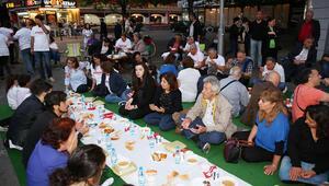 Son iftar için Berlinde yeryüzü sofrası kuruldu