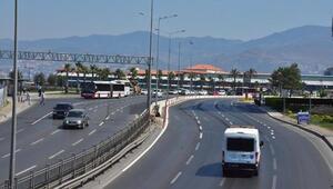 İzmirde meydanlar ve yollar tenha, sahiller ve havuzlar doldu