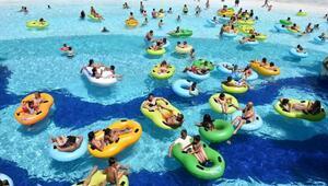 Kuşadasında plajlar ve su parklarında bayram bereketi