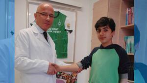 Türk profesör savaş mağduru çocuğa mekanik kol taktı