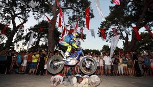 Motosiklet Festivalinde akrobasi gösterisi nefes kesti