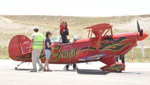 Kadın pilotun akrobasi gösterisi nefes kesti