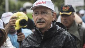 Kılıçdaroğlu, Adalet Yürüyüşünün 20'nci günde yağmurda yürüdü
