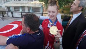 Dünya şampiyonu, memleketinde coşkuyla karşılandı