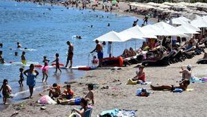 Marmariste bunaltıcı sıcakta plajlarda renkli görüntüler