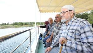 Yaşlılar tekne turunda