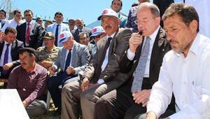 Bakan Akdağ, 15 Temmuz şehidinin mezarı başında Kuran okudu
