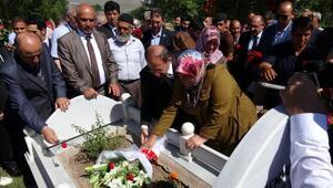 Bakan Akdağ, 15 Temmuz şehidinin mezarı başında Kuran okudu (3)