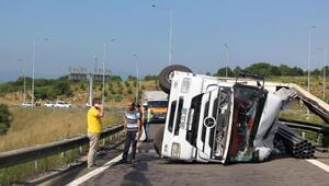 TEM bağlantı yolunda devrilen TIRın sürücüsü yaralandı