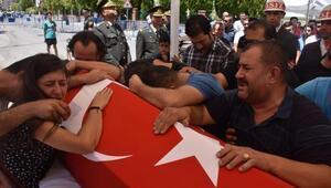 Cinnet getiren erin şehit ettiği 2 asker, İzmirde toprağa verildi