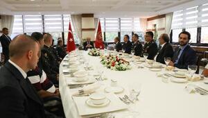 Milli Savunma Bakanı Işık 15 Temmuzda gazi olan askerlerle bir araya geldi