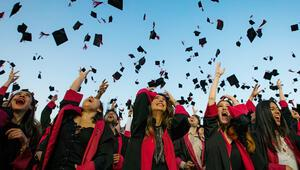 Üniversitede diploma sevinci