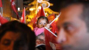 Binlerce insan Türk bayraklarıyla meydanları doldurdu