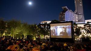 Açık havada sinema keyfi Akasya Parkta