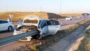 Otomobil bariyere çarptı: 5 yaralı