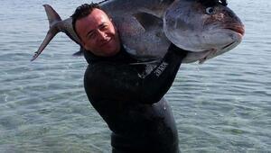 50 kiloluk dev balığı zıpkınla yakaladı