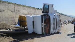 Kocaelide hafriyat kamyonu işçileri taşıyan servise çarptıktan sonra devrildi (2)