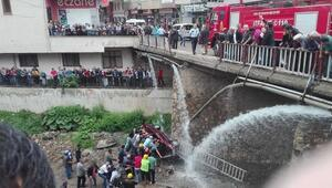 Köprüden uçan otomobildeki 2 kişi yaralandı