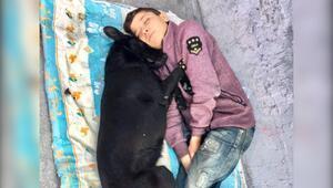 Köpeğine sarılıp uyuyan çocuk ortaya çıktı
