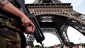 Pariste bıçaklı saldırı paniği