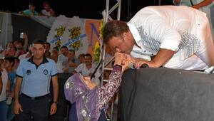 Bülent Serttaş, sahnede el öptü