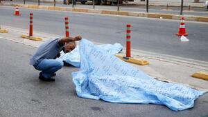 Camiden çıkıp yoldan geçerken otomobil altında öldüler