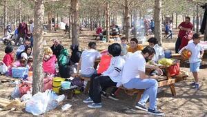 Tatili piknik yaparak geçiriyorlar