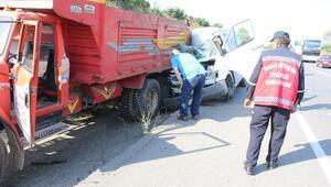 Ön lastiği fırlayan minibüs kamyona çarptı: 4 yaralı