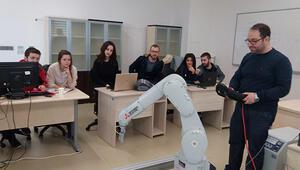 Mühendis adaylarından insan kolu ve 3D joystick ile kontrol edilen robotlar