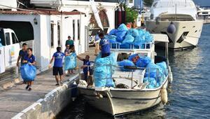 Marmaris'te çevreci çift, koylarda 14 saatte, 10 ton çöp topladı