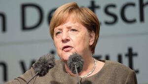Merkel'den Türkiye'ye iki eleştiri