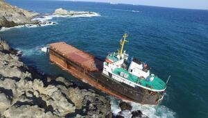 İkiye bölünen geminin ön bölümü battı