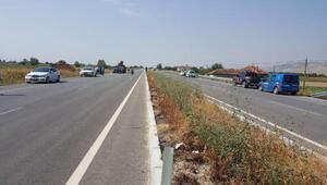 Kamyonetin çarptığı kamyon tarlaya uçtu:: 2 ölü, 2 yaralı