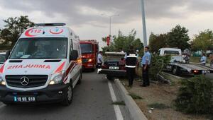 Otomobil aydınlatma direğine çarptı: 1 ölü, 4 yaralı