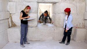 Tarihi anıt mezar depo olarak kullanılmış