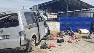 Minibüs, fabrika duvarına çarptı: 3 ölü 7 yaralı