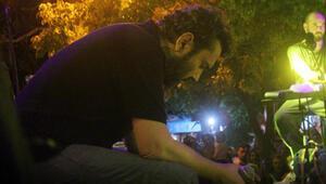 Halil Sezainin babası vefat etti Sahnede gözyaşlarına boğuldu